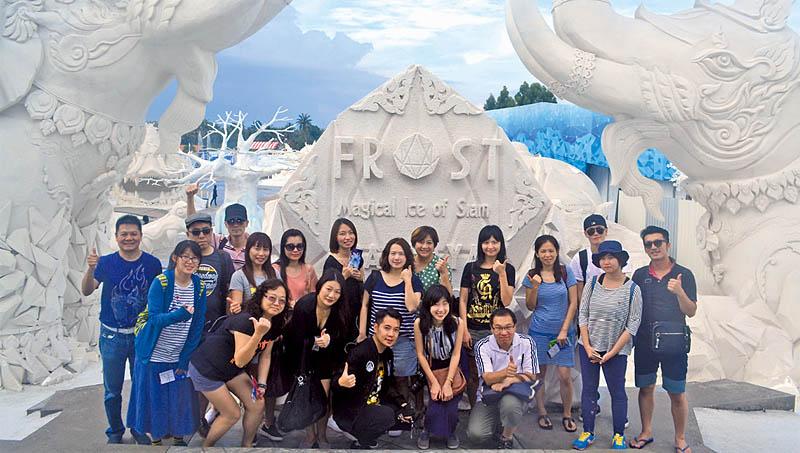 參訪團在冰雕樂園前方大合照