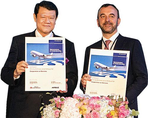 華航董事長何煖軒(左)和空中巴士執行副總裁Jean-Francois Laval(右),1/10於桃園簽署合作意向書。