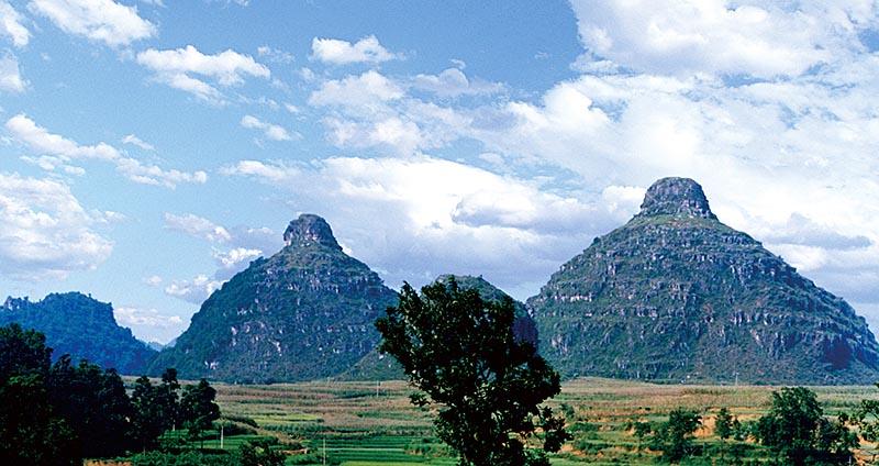 布依族的神聖山峰-貞豐雙乳峰