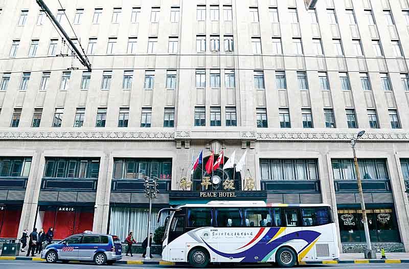 全新整修並更名為上海費爾蒙和平飯店,也是雅高集團一員
